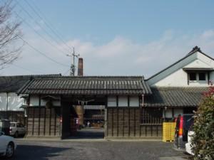 写真 門の前 2